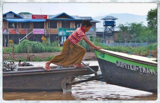 Boatman's assistant - Phaung Daw Oo Pagoda