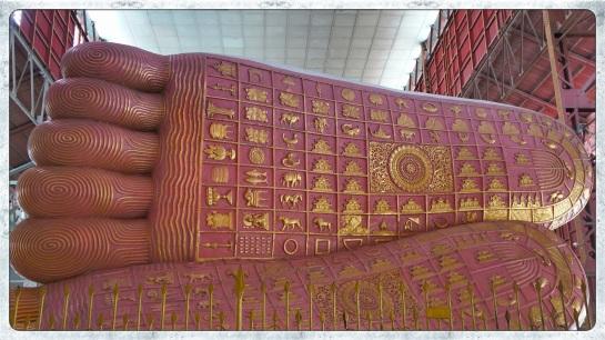 Chaukhtatgyi Paya - lying Buddha - feet